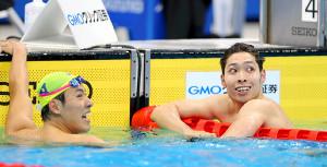 男子400メートル個人メドレー 優勝した萩野公介(右)は隣のレーンの本多灯と笑顔を見せる(カメラ・竜田 卓)
