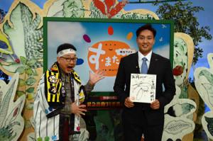 阪神・秋山(右)が読売テレビ「朝生ワイド す・またん!」に生出演。左は森たけしアナウンサー(球団提供)
