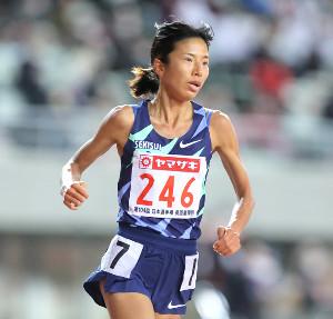 女子1万メートルで力走する新谷仁美
