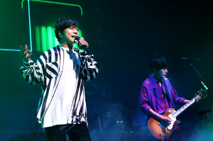東京・LINE CUBE渋谷で観客動員+配信の「ハイブリッド形式」でライブを行ったポルノグラフィティの岡野昭仁(左)、新藤春一