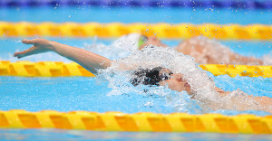 予選男子200メートル個人メドレーで松本周也(奧)と競り合い力泳する萩野公介(カメラ・竜田 卓)