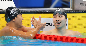 優勝した萩野公介(右)は充実した表情で2位の砂間敬太と握手を交わす