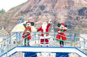 TDSのグリーティングに登場する(左から)ミッキーマウス、サンタクロース、ミニーマウス((c)Disney)