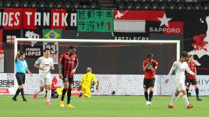 後半9分、2失点目を喫し、落胆を隠せない札幌の選手たち