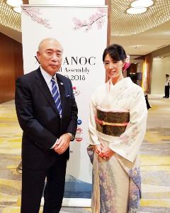 18年、東京で行われた会議で和服姿を披露した小谷実可子さん(右)と上治氏(上治氏提供)