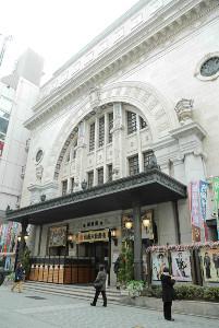 大阪松竹座。周辺の道頓堀は大阪府による不要不急の外出自粛要請の影響で普段のにぎわいはない