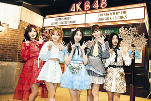 AKB48劇場でトークショーを行った(左から)宮崎美穂、込山榛香、岩立沙穂、浅井七海、大西桃香