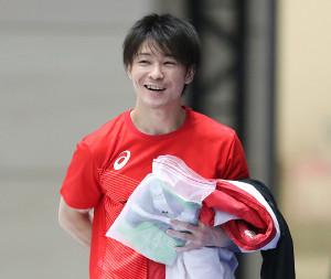 全日本選手権の男子予選を翌日に控え、練習で笑顔を見せる内村航平(代表撮影)