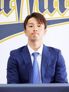 ダウン提示を保留し、渋い表情を見せるオリックス・福田