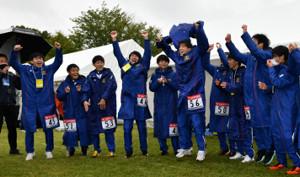 箱根駅伝予選会を1位通過し喜ぶ順天堂大の選手たち
