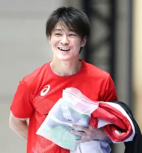 体操・全日本選手権の男子予選を翌日に控え、練習で笑顔を見せる内村航平
