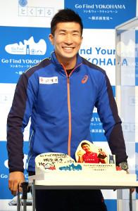 誕生日ケーキを前に満面の笑みを見せる桐生祥秀