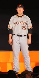 来季から着用する新ユニホームを披露した岡本