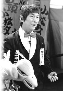 テレビ朝日系「みごろ!たべごろ!笑いごろ!」で「しらけ鳥音頭」を歌う小松政夫さん
