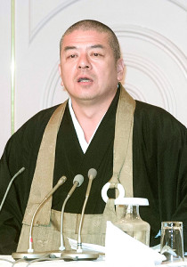 2002年、宗教法人乗っ取り疑惑の否定会見を行った織田無道さん。この7か月後に逮捕
