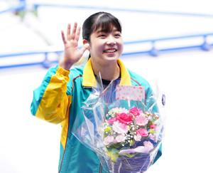 引退を発表して、女子決勝の競技前ににスタンドに手を振る松村朱里(カメラ・矢口 亨)