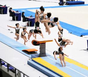 跳馬で大技「チュソビチナ」を決める村上茉愛(連続写真=カメラ・矢口 亨)