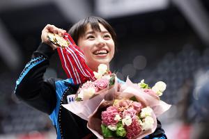 個人総合で優勝し、メダルを手に笑顔を見せる村上(代表撮影)