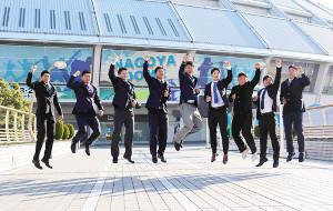 ナゴヤドームの前でジャンプするドラフト1位の高橋宏斗(中)ら中日の新入団選手