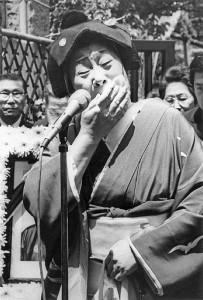 夫・吉田博士さんの告別式で泣き崩れる(87年5月)