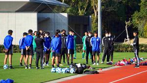 日本代表・森保監督(右端)のゲキに耳を傾ける選手たち