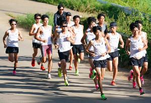 東海大・市村(左から4人目)ら夏合宿で走り込む選手たち(カメラ・太田 涼)