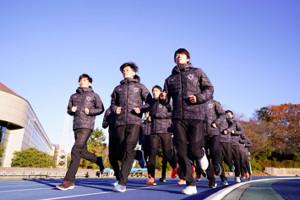 並んでランニングする日体大の選手(カメラ・矢口 亨)
