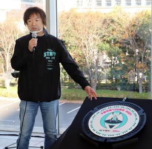 千葉市制100周年記念で制作された初音ミクデザインマンホール蓋を前に笑顔を見せるクリプトン・フューチャー・メディア社の伊藤博之代表取締役