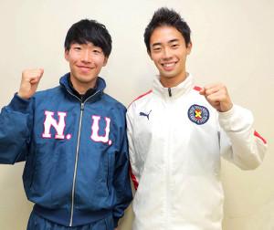 ポーズをとる関東学生連合の慶大・杉浦(右)と日大・小坂(カメラ・清水 武)