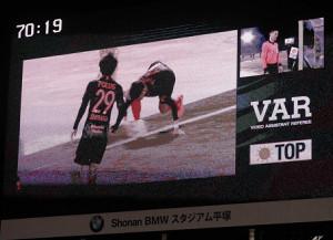スタジアムの大型画面に映し出されたVAR画面