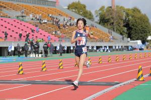 7位でゴールする大阪薫英女学院・柳井桜子
