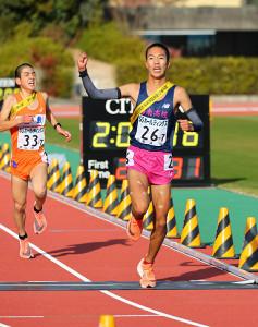 男子3位でゴールする洛南・溜池一太(右)