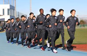 2年連続のシード権獲得へ練習に励む東京国際大・丹所健(左列前から3人目)ら(同校提供)
