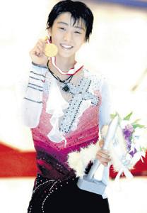 2012年全日本選手権で初優勝し、笑顔で金メダルを掲げる羽生結弦