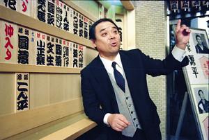 ホームグラウンドの上野・鈴本演芸場でおどける林家こん平さん(1991年)