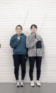 剣を手にポーズを決める東莉央(右)、晟良の姉妹(左上も)