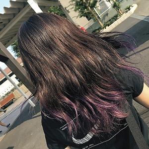 髪をブリーチして紫を入れていた莉央(マザーランド提供)