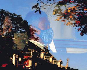 個性的なマスク姿で東京地裁を後にする伊勢谷友介被告(カメラ・池内 雅