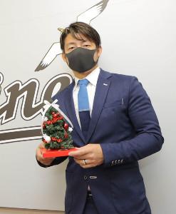 契約更改を終えクリスマスツリーを手にポーズをとる鳥谷敬(代表撮影)
