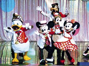 TDL「イッツ・ベリー・ミニー!」(現在は終演)では、ミッキーマウス(中)らがミニーマウス(右)をリスペクトした衣装で登場した(1月9日撮影)