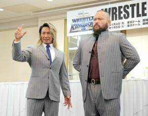 1・4東京ドーム大会で対戦するグレート―O―カーン(右)の隣で「2021年の希望になる」と宣言した棚橋弘至(カメラ・泉 貫太)