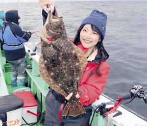 由梨ちゃんが釣り上げた2キロ近い中型ヒラメ。体高があり肉厚だった(昭栄丸で)