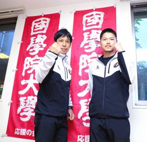のぼりの前でポーズをとる国学院大の前田監督(左)と臼井健太(カメラ・橘田 あかり)