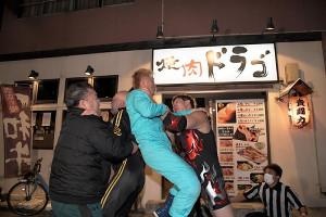 「焼肉ドラゴ東京スカイツリー駅前店」での路上プロレス貴闘力(左端)と長男・納谷幸男が親子連係