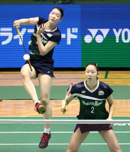 女子ダブルス準決勝でプレーする永原和可那(右)、松本麻佑組