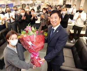 新年1月からの専属評論家契約を結び、報知新聞大阪本社で花束を受け取る藤川球児氏(手前右)