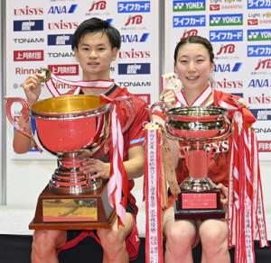 混合ダブルスで優勝した渡辺(左)、東野組(代表撮影)