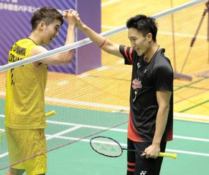 男子シングルスで優勝し、準優勝の常山幹太(左)と健闘をたたえ合う桃田賢斗(代表撮影)