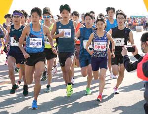 初のロード10キロに挑んだ田中希実(前列右)は川内兄弟(前列右から2人目=鮮輝、同3人目=優輝)