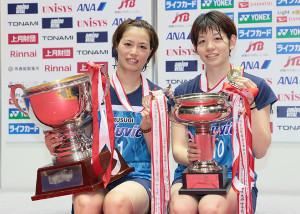 女子ダブルスで優勝した福島由紀(左)、広田彩花組(代表撮影)